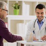 Doctor atiende a un paciente con póliza Adeslas Senior
